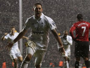 Dempsey earns Spurs a snowy point against United