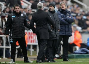 Pardew and Pelligrini calmly discuss which wine they will share after the match