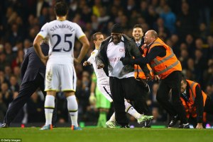 The invader's pace too much for Soldado. Also, I love the face of the steward at the back.